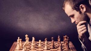 Mand koncentreret om skakspil