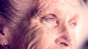Ældre kvinde kigger frem