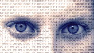 Close-up af ansigt, maskeret af binære tal